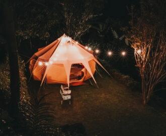 namiot w ogrodzie